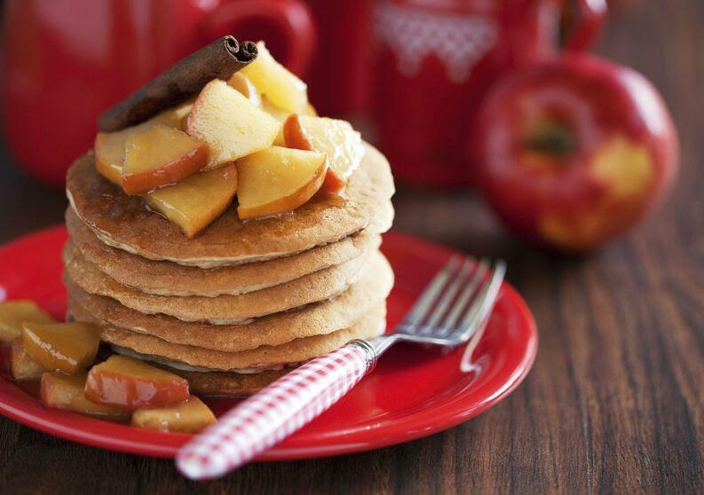 Hotcakes de avena con manzana y crema de almendra sin azúcar.