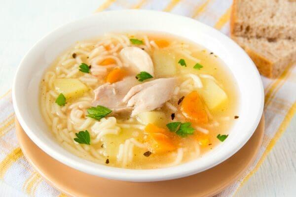 Sopa de pollo y fideo