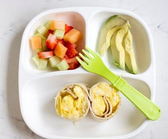 Rollitos de huevo revuelto, aguacate y ensalada frutal