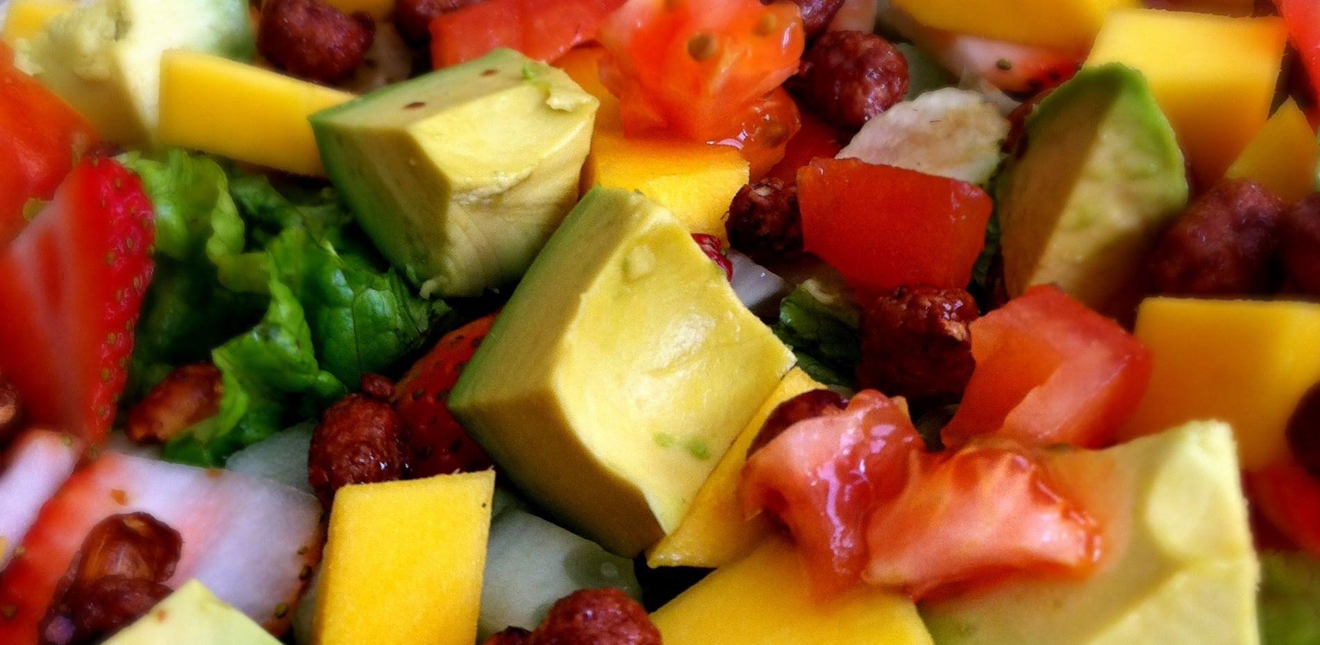 Ensalada de frutas, aguacate y verduras