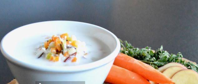 Sopa cremosa de arroz , pollo y verduras
