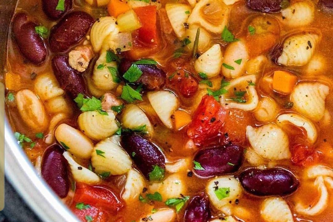 Sopa de frijoles  con  pasta de caracol