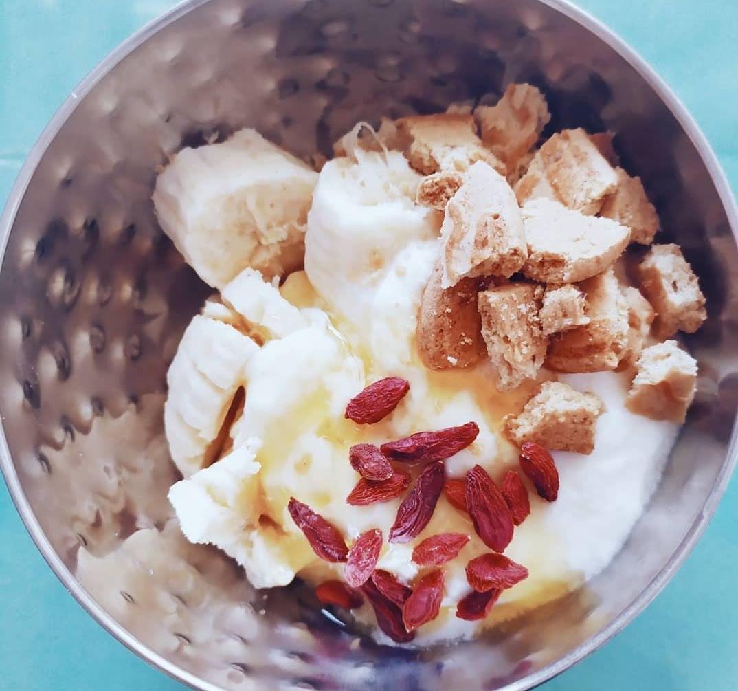 Plátano con yogurt y goji
