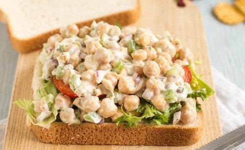 Sándwich de ensalada de garbanzo