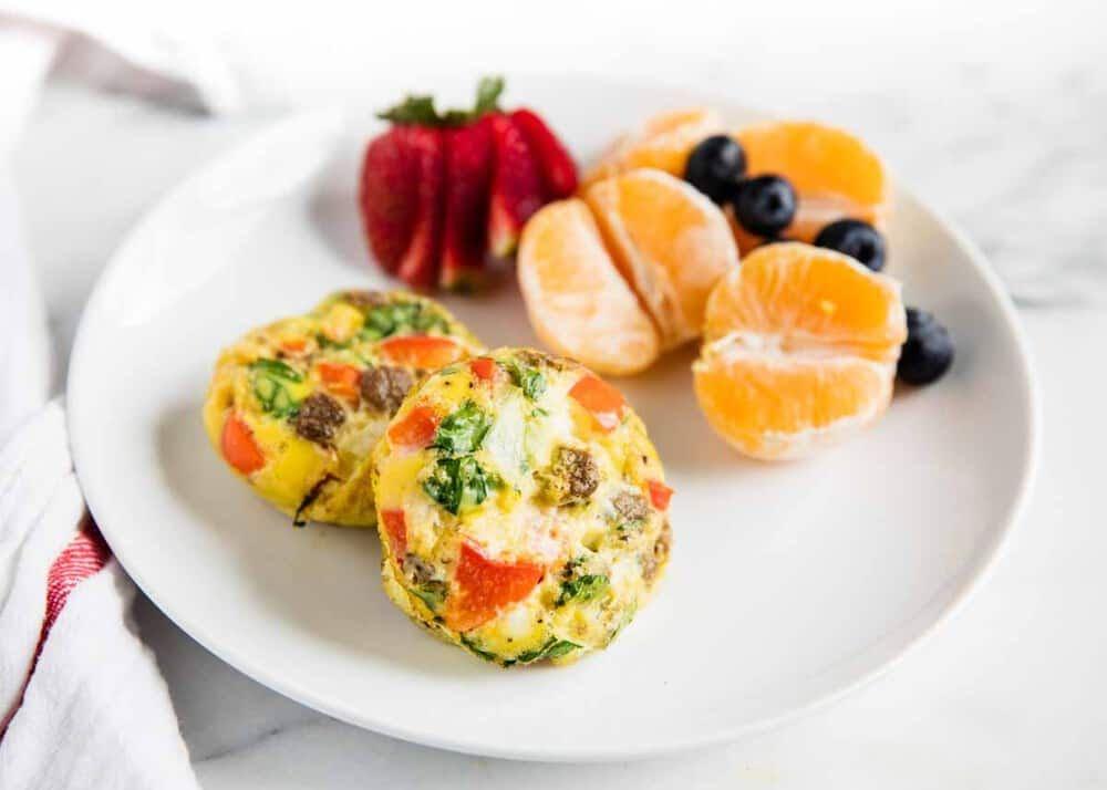 Mini muffins de huevo y ensalada de fruta