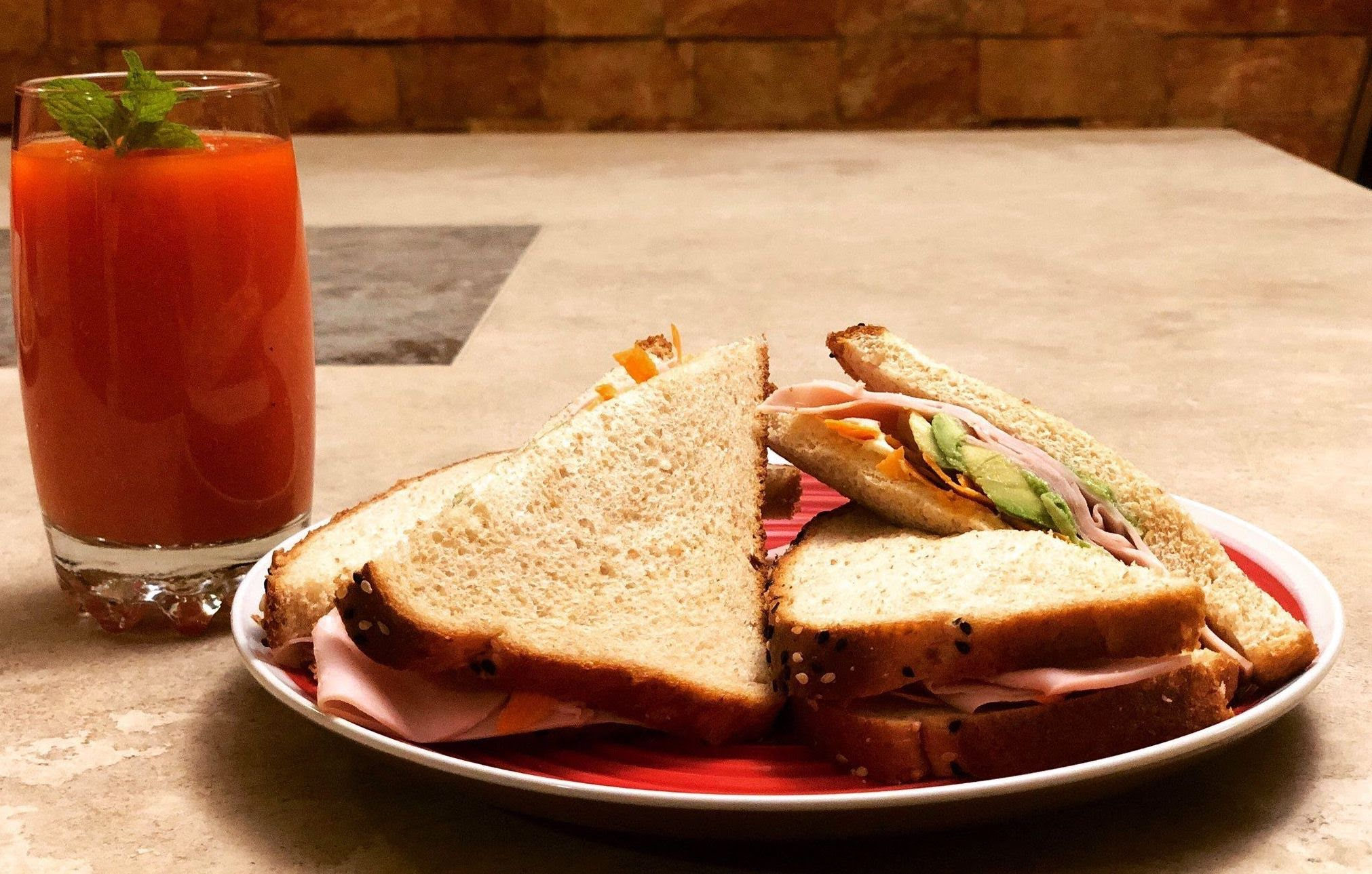 Sándwich de pavo y queso con jugo de papaya