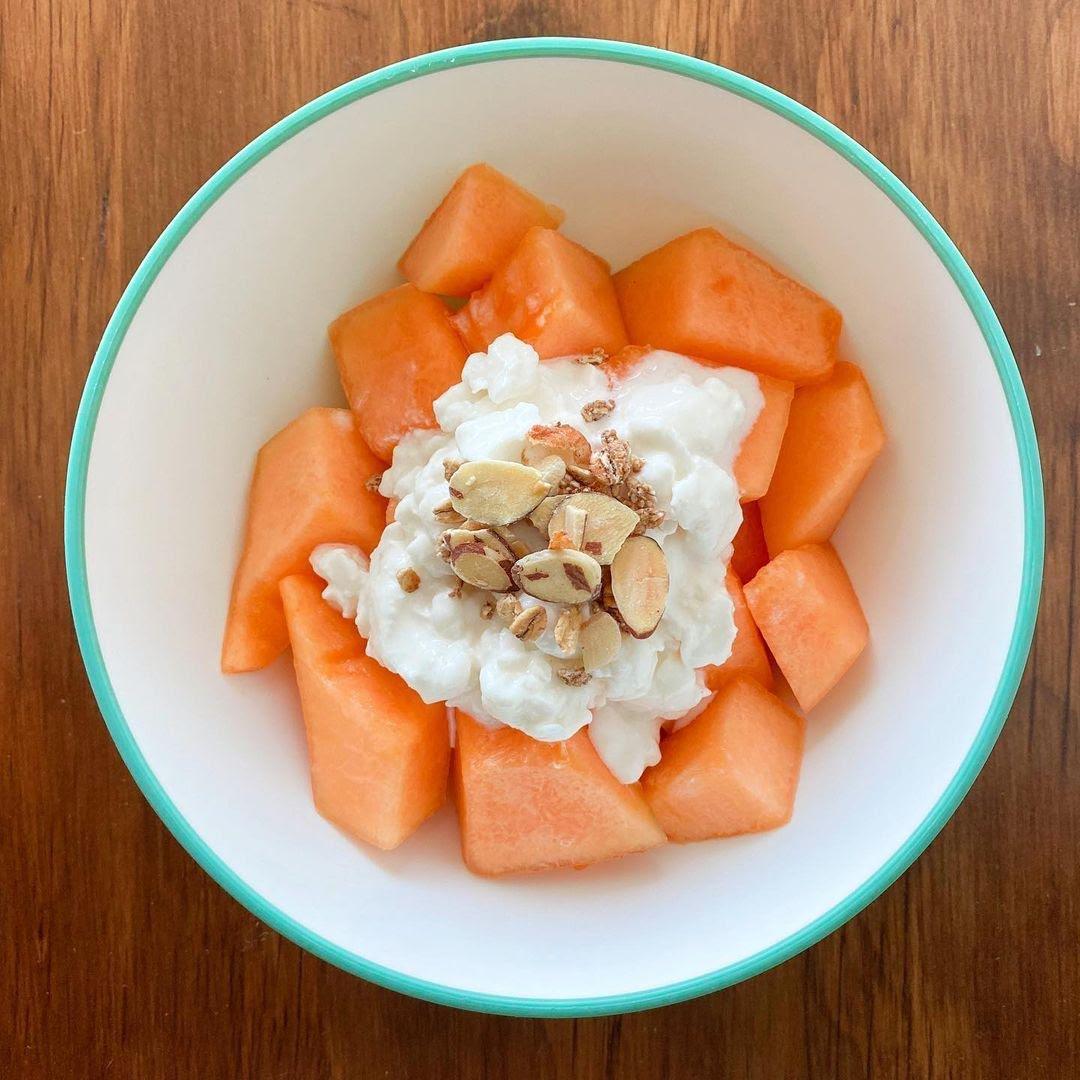 Papaya con cottage de canela y cacahuate