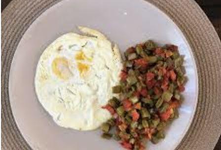 Huevo estrellado con salsa bandera