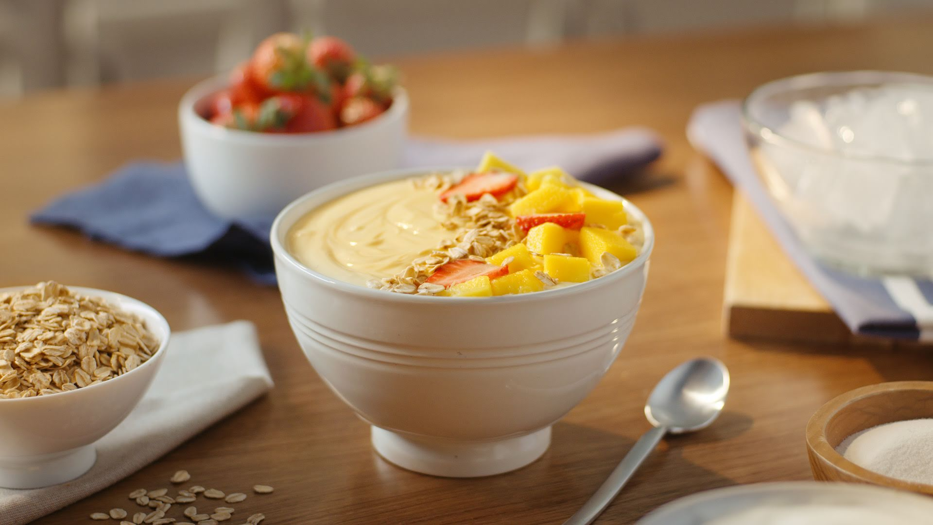 Smoothie bowl de fresa y mango con avena QUAKER®