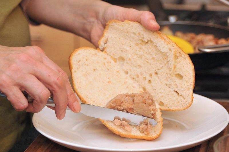 Pan con frijoles y crema