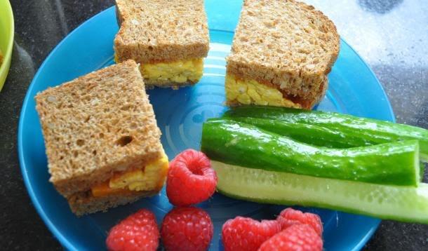 Sandwich de huevito con frambuesa y pepino