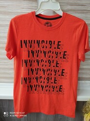 Яскрава футболка.
