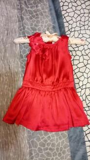 Яскрава червона сукня