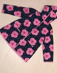 Плащ  чёрный в розовых цветах на липучках