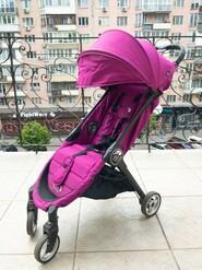 Baby Jogger City Tour — легкая, компактная прогулочная коляска.