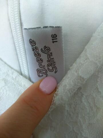 Біла мереживна сукня