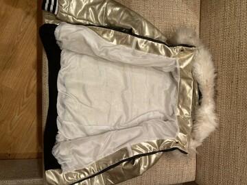 Золотая куртка с белым мехом