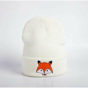 Белая шапка с лисой