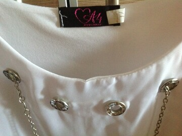 Красивая белая блузка с коротким рукавом