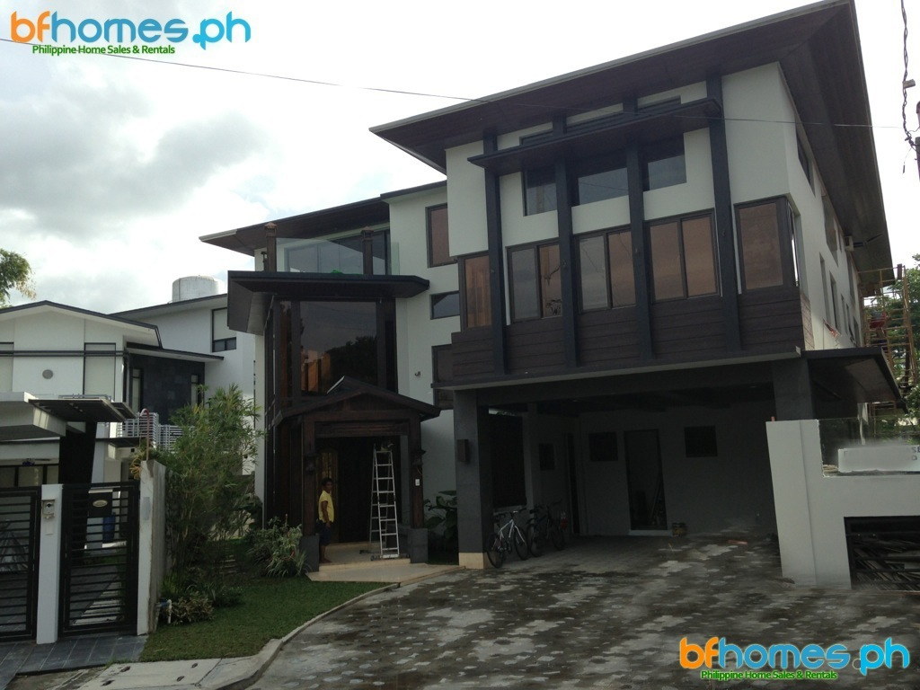 Newly Built Tri-Level Modern house with Roofdeck in Ayala Alabang Village.