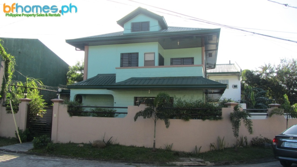Well Maintain 2-story corner house for Sale in BF Resort.