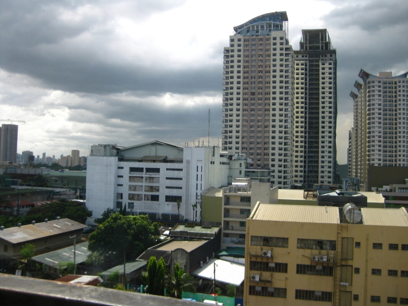View from Roof Deck to Araneta Center - http://www.renttoown.ph