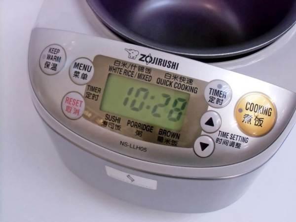 Pulsanti e schermo a led del cuociriso Zojirushi da 0.54 litri