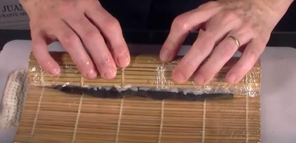 Arrotolamento del Maki Sushi tramite la Stuoia in Bamboo Makisu
