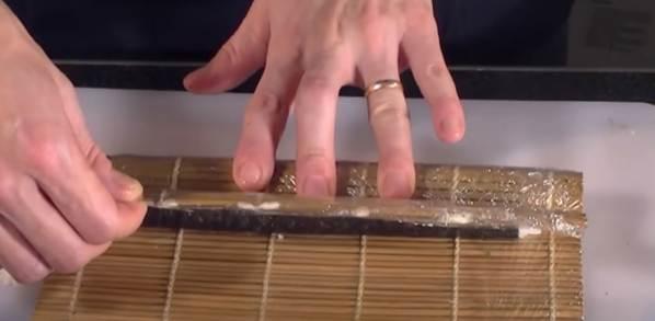 Operazioni finali di Rollatura del Maki Sushi con il Tappetino in Bambù