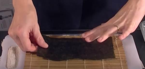 Appoggio del foglio di Alga Nori sulla Stuoia in Bamboo Makisu