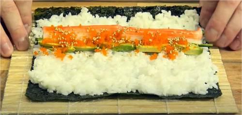 Arrotolare la stuoia per sushi