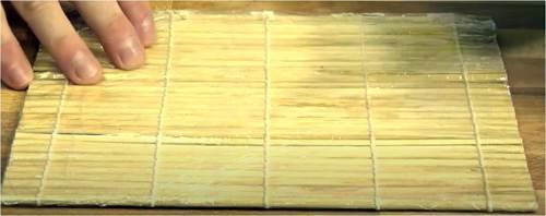 Posizionamento della stuoia sul top della cucina