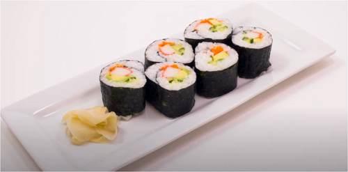 Piatto di Maki Sushi con zenzero in salamoia