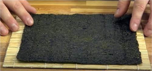 Alga Nori su tappetino per sushi