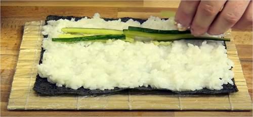 Fette di cetriolo sopra il wasabi