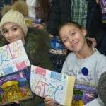 Kinder freuen sich über Geschenke
