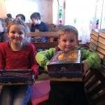 Kinder zeigen begeistert ihr Geschenk