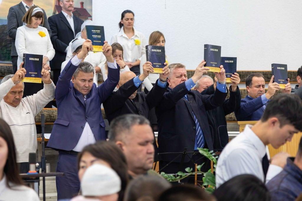 Die Bibeln werden mit einem Segensgebet losgeschickt