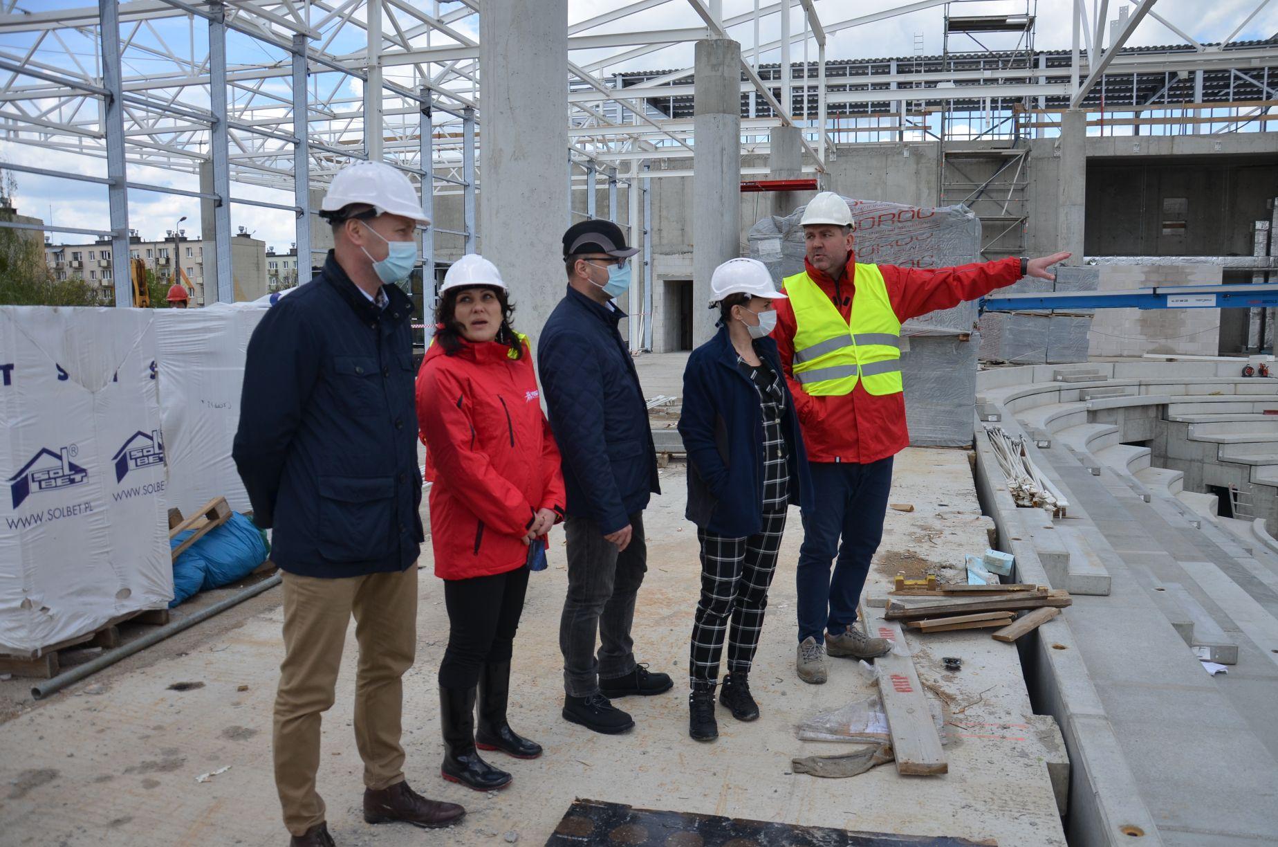 Wizytacja budowy hali sportowej w Mielcu
