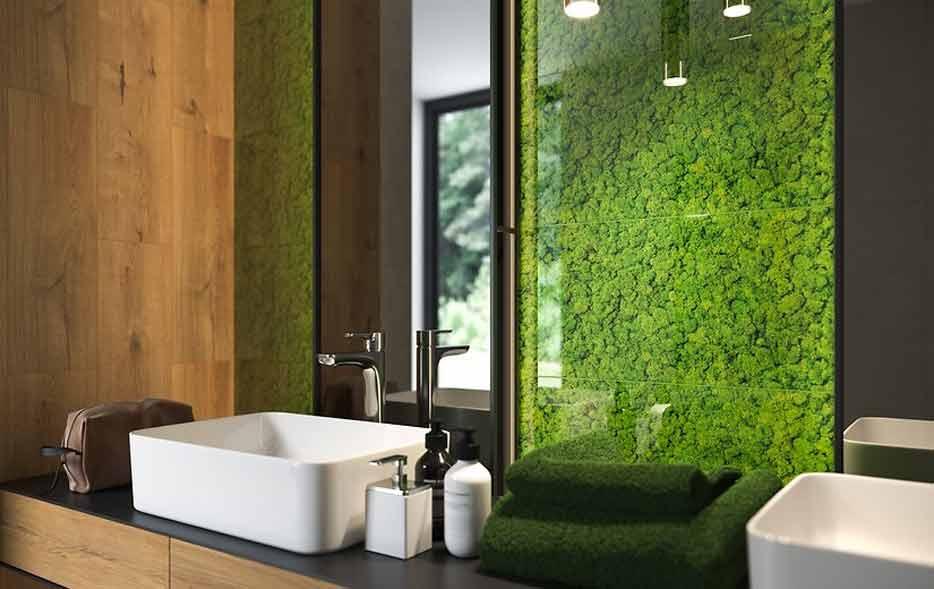 mech na ścianie łazienki