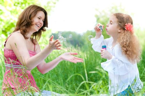 Advice on collecting on delinquent child support as a mom collecting soap bubbles from her daughter