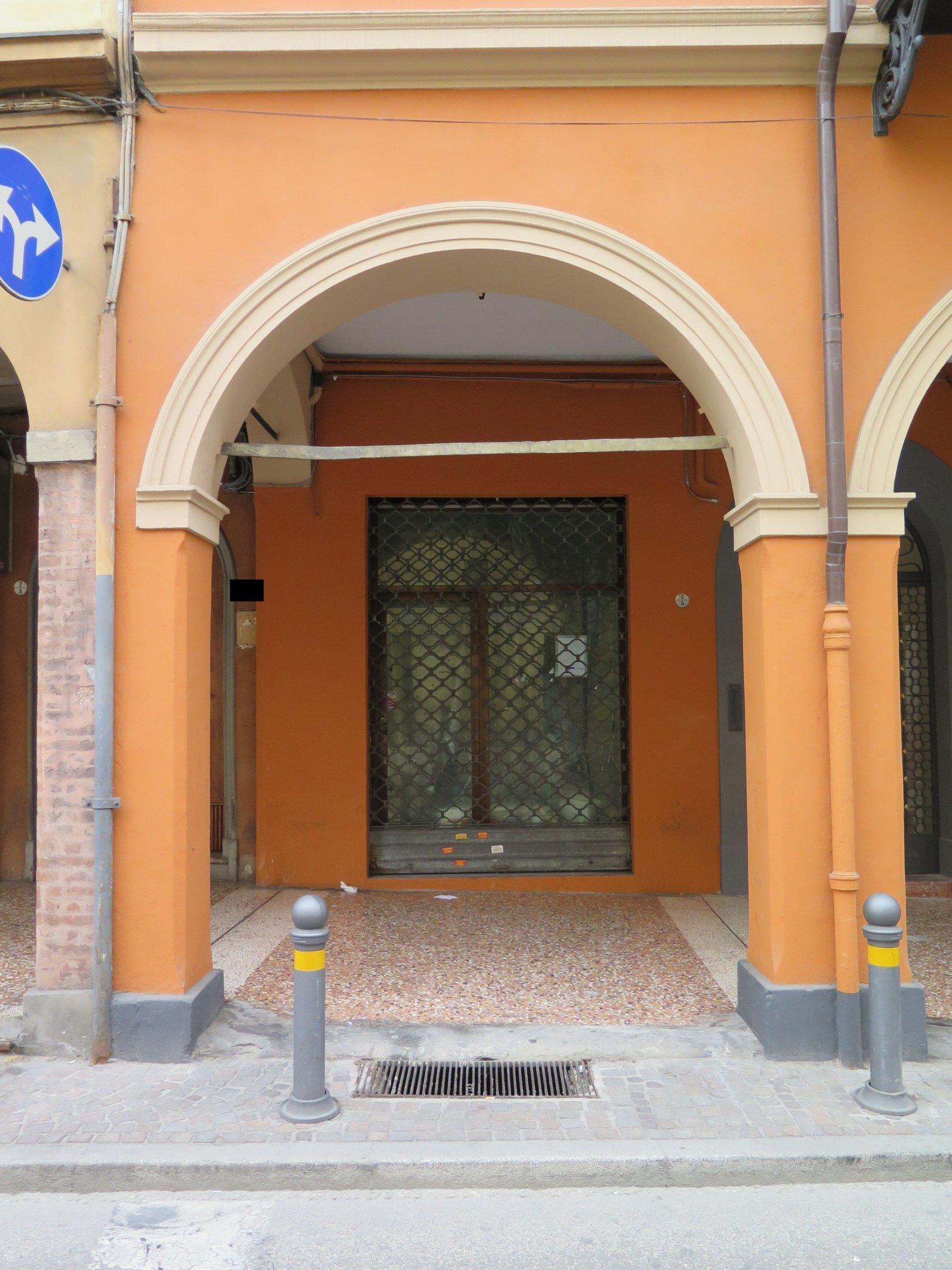 Foto 1 di Negozio VIA SANT'ISAIA, Bologna