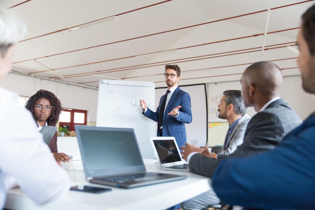 Un grupo de personas que discuten cómo las relaciones públicas podrían mejorar la situación de la empresa.
