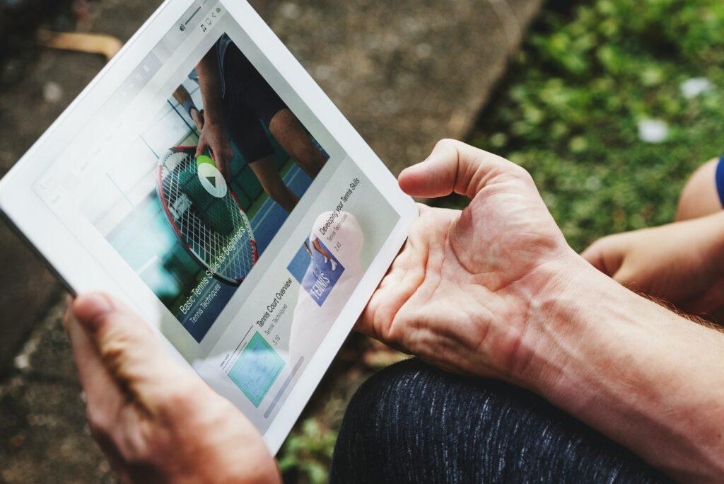 Un hombre usando un iPad para las relaciones públicas.