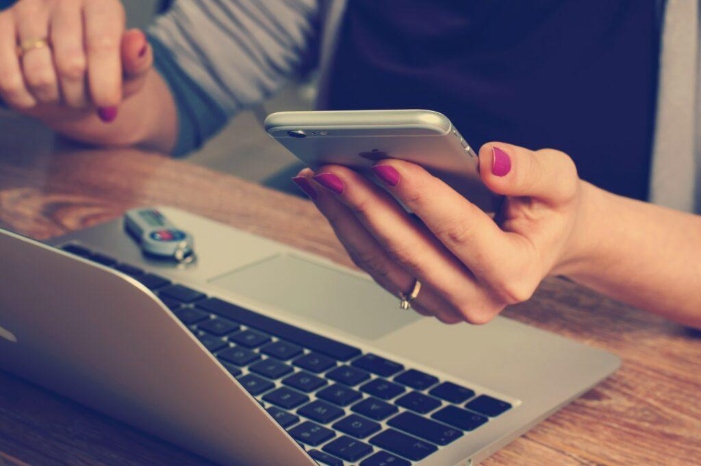 Mujer utilizando su computadora para aprender sobre los guest posts.