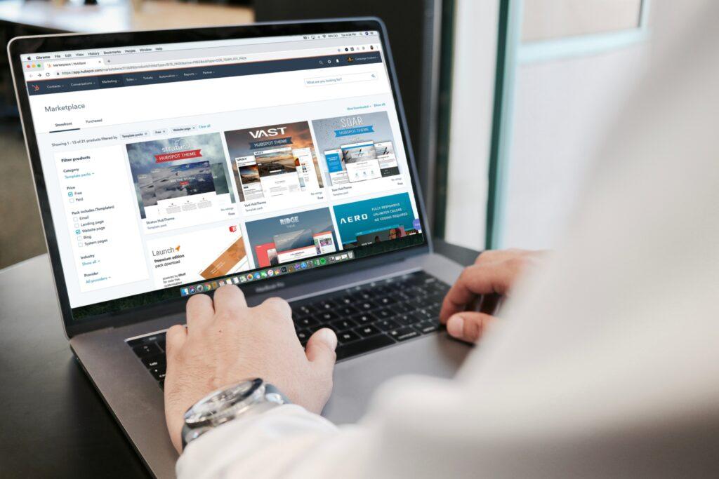 Hombre usando su computadora, representando a un hombre que usa su computadora para buscar información sobre presencia digital.