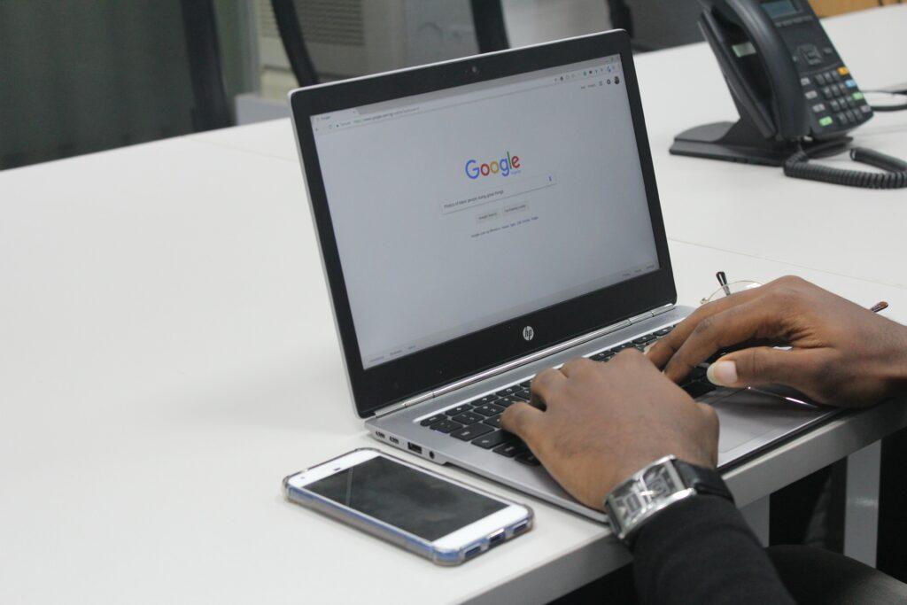 Un empleador trabajando en su computadora