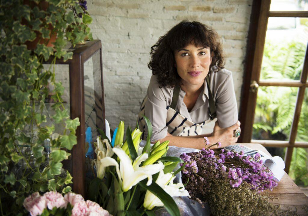una mujer en su jardín, ella es un líder de opinión en línea