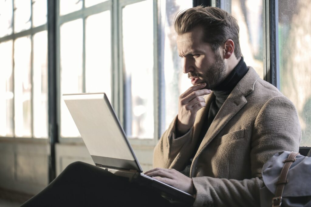 Un empleado trabajando en su computadora