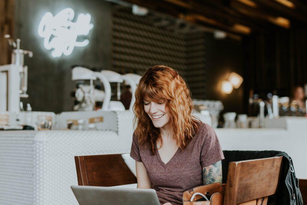 Mantenga a sus clientes atentos de su empresa con su marca personal en línea